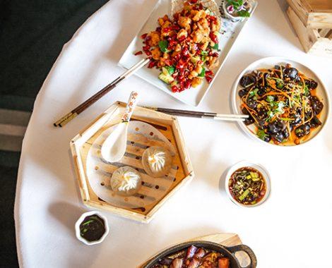 Don Lay. Pollo kung pao, ensalada de oreja de madera, xiaolongbao y berenjena cantonesa en salsa-